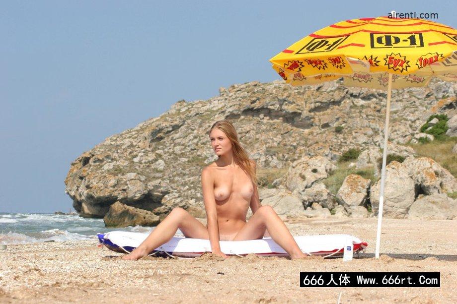大尺度孕妇10p_外拍海滩上性感的金发妹子裸模Alaina