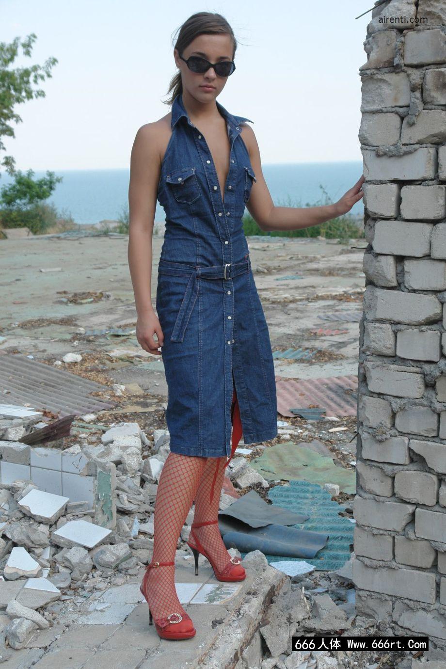 欧洲美模玛吉身穿渔网装外拍人体艺术