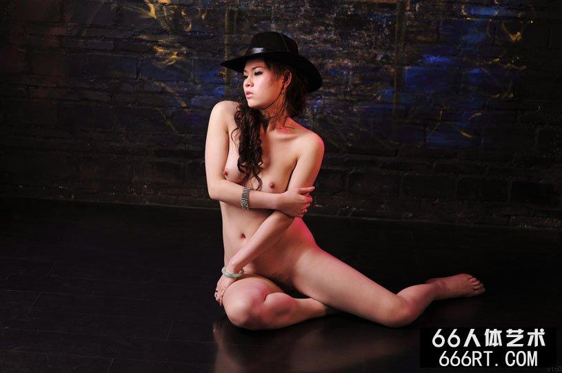 嫩模君怡10年1月1日室拍黑网衣人体