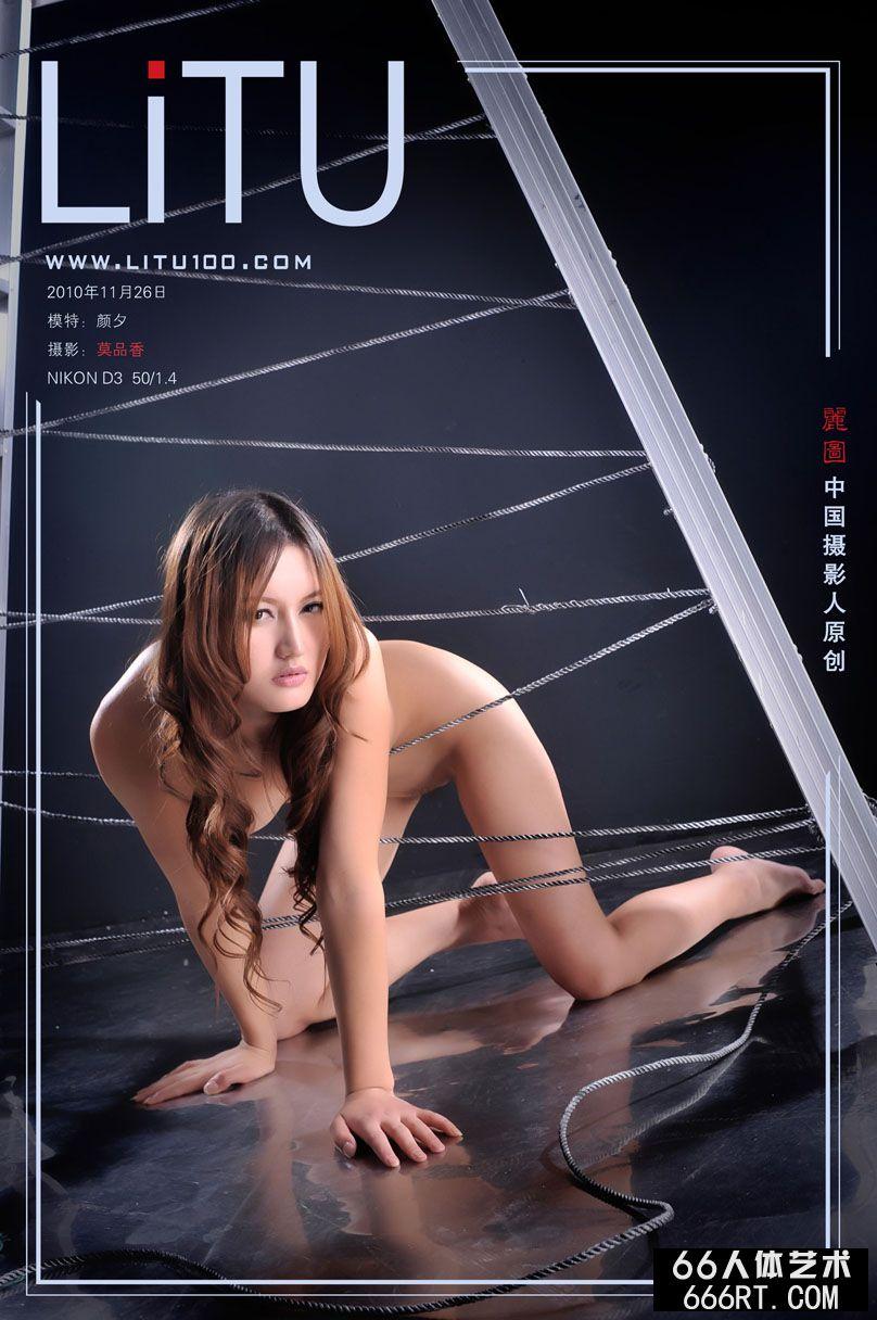 室拍人字梯下面的精品超模颜夕_人人体艺术摄影