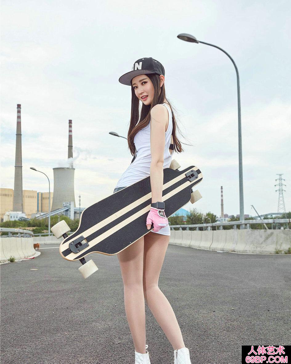 年轻美眉潇潇穿超短裙街头玩滑板摄影