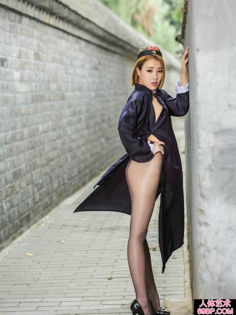 穿清代大褂的赵欢颜街头扮演卜卦��