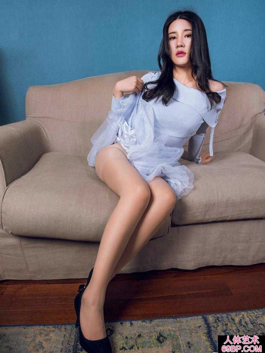 公寓酒店室拍名模可儿蓝纱裙内春光外露