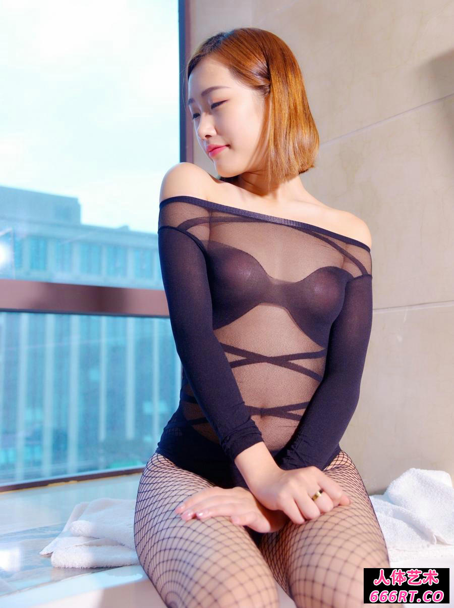 短发美人樱桃穿黑色网衣酒店展示韵味长腿