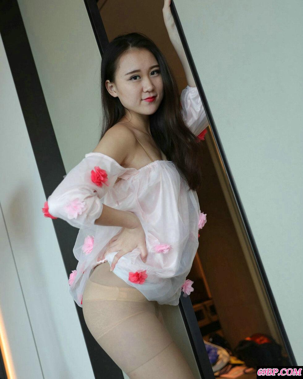 裸模张小雨穿红色薄纱裙配无内肉丝摄影图