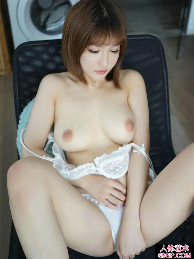 少女人体艺术中国正版,年轻貌美身材挺拔的��模萌萌棚拍