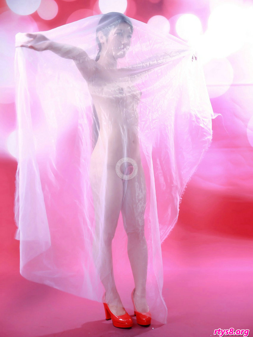 白色丝巾下的嫩模阿苗演绎朦胧之美