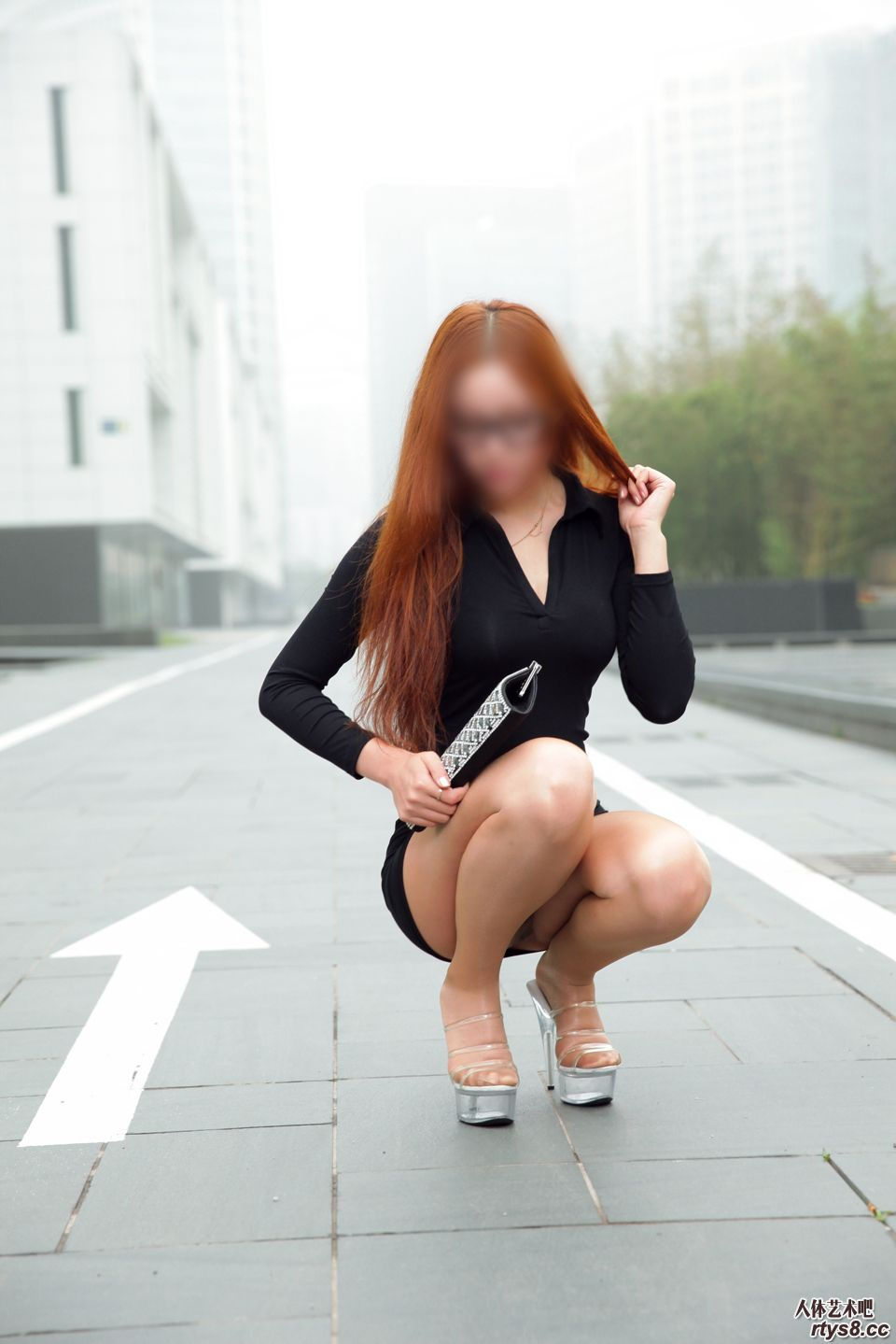 大街上露出丝臀的妖娆舞蹈老师